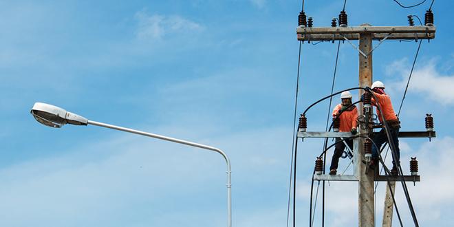 Električari izvode radove na električnoj mreži
