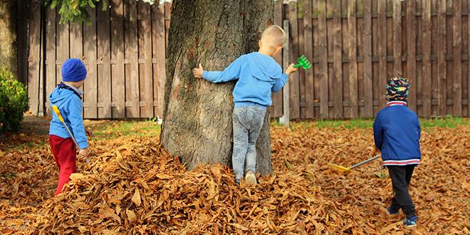 Јесен, деца се играју у дворишту