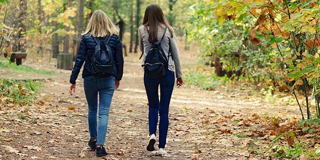 Јесен, две девојке шетају