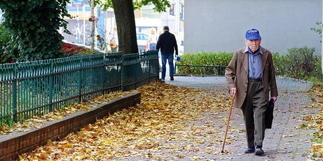 Јесен, старији човек хода улицом