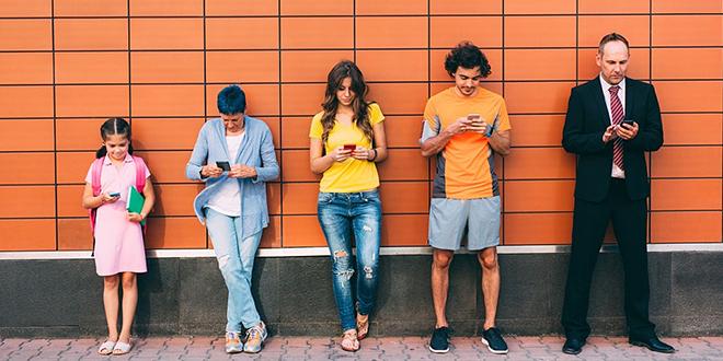 Људи поређани по висини користе мобилне телефоне