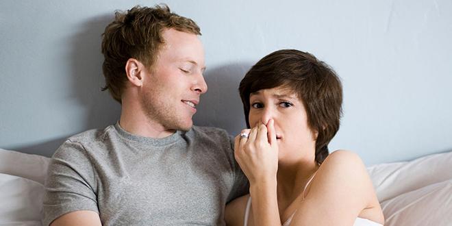 Мушкарац испушта гасове док се његова девојка држи за нос