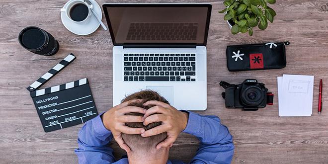 Muškarac se nervira ispred laptopa