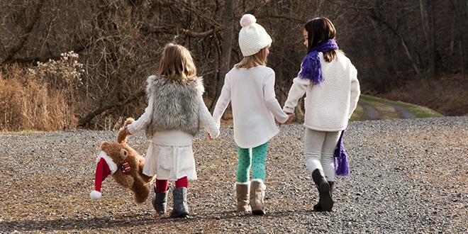 Девојчице шетају у природи