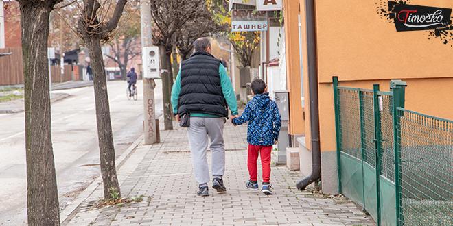 Otac šeta sa sinom