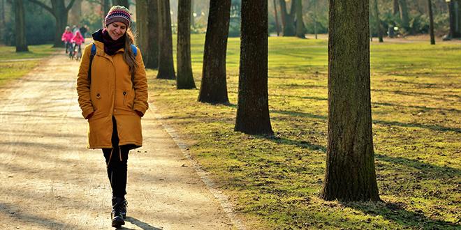 Žena šeta u parku