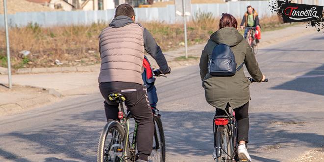 Ljudi voze bicikle