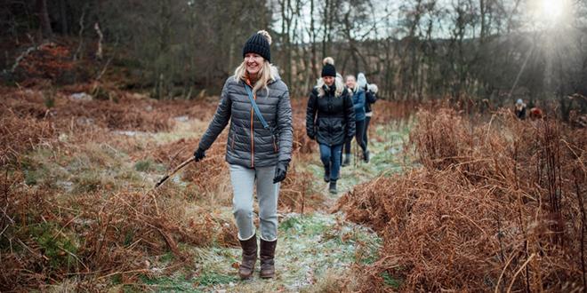 Žene hodaju u šumi