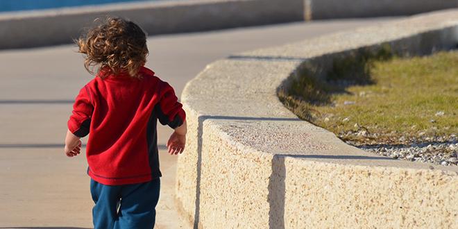 Mali dečak šeta u parku