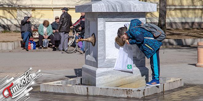 Dečak pije vodu sa arteske česme na Trgu oslobođenja u Zaječaru