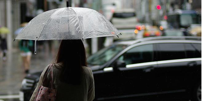 Kiša, ljudi nose kišobrane