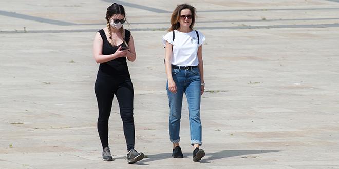 Devojke šetaju