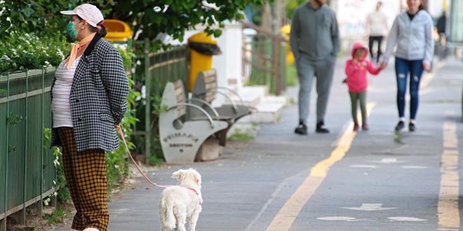 Ljudi šetaju na ulici
