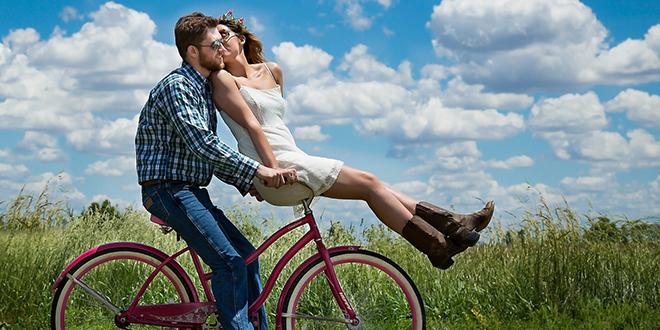 Momak vozi devojku na biciklu