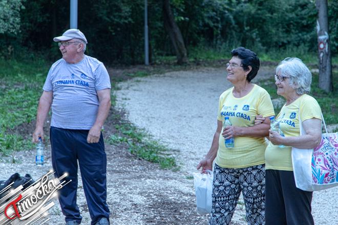 """Najstariji građani Zaječara večernjom šetnjom obeležili završetak projekta """"Osvetljenje Sunčane staze"""" na Kraljevici"""