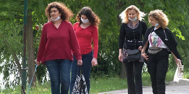 Жене шетају у парку