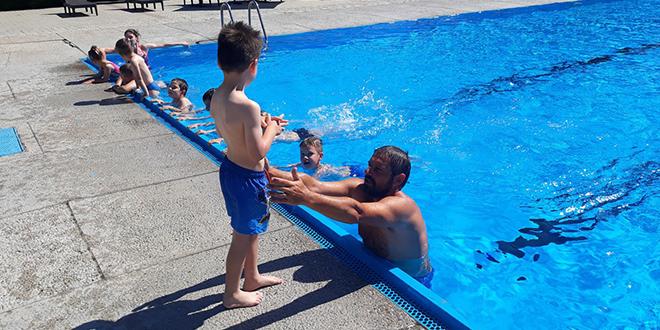 Počela obuka za prvu grupu neplivača na gradskom bazenu u Zaječaru