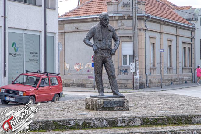 Spomenik glumcu Zoranu Radmiloviću u Zaječaru