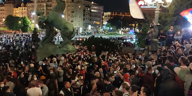 Protest ispred Skupštine Republike Srbije zbog najavljenih mera — COVID-19