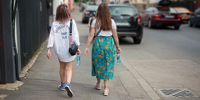 Žene šetaju i nose flašice sa vodom u rukama