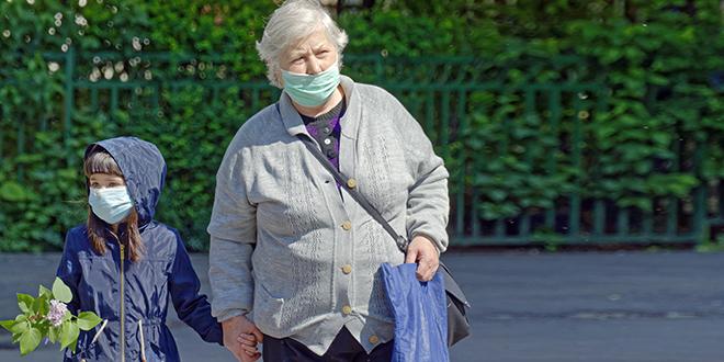Baba i unuka nose zaštitne maske i šetaju
