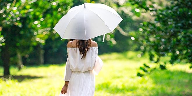 Девојка носи кишобран