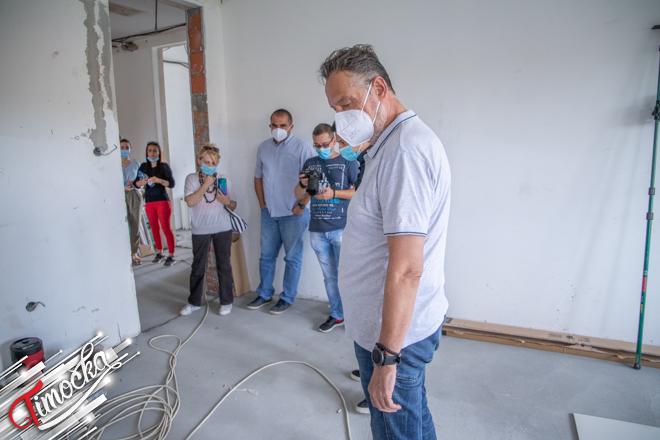 """Gradonačelnik Zaječara Boško Ničić obišao radove na renoviranju OŠ """"Hajduk Veljko"""" u Zaječaru"""