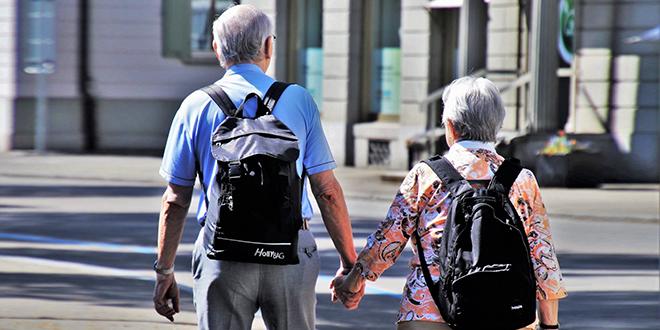 Stariji ljudi šetaju