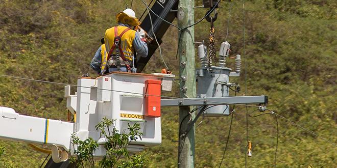 Električari rade na električnoj mreži