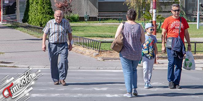 Grad Zaječar — Ljudi prelaze pešački prelaz