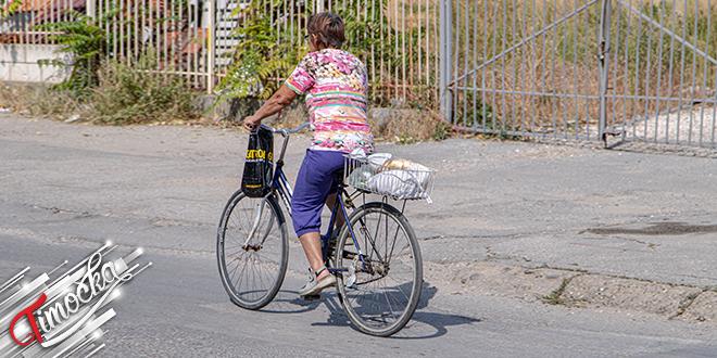 Starija žena vozi bicikl