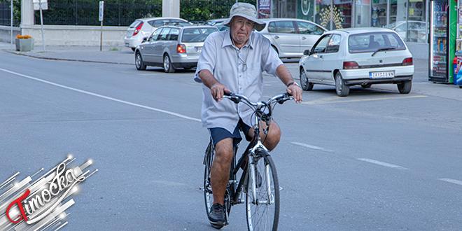 Stariji muškarac vozi bicikl