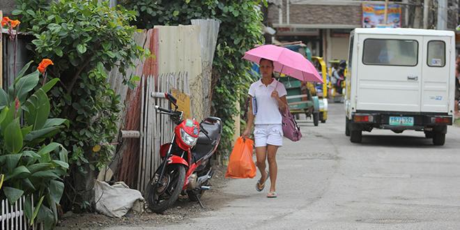 Žena nosi kišobran