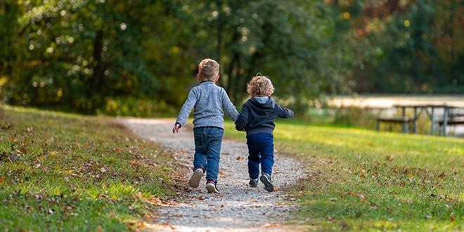 Jesen, deca trče po stazi