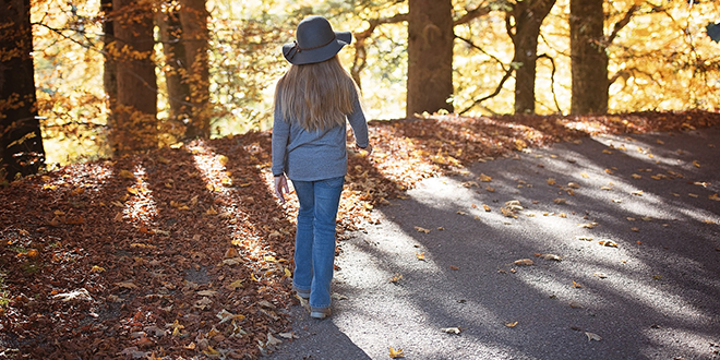 Јесен, девојчица шета