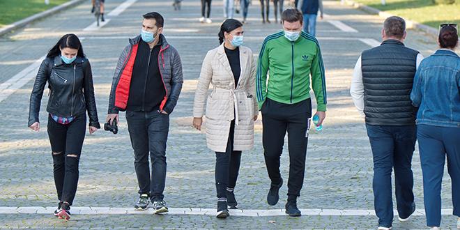 Људи шетају