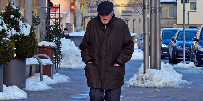 Старији човек шета, зима