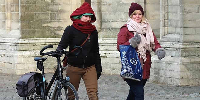 Žene šetaju u jaknama