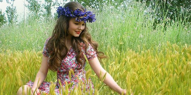 Devojka uživa u prirodi